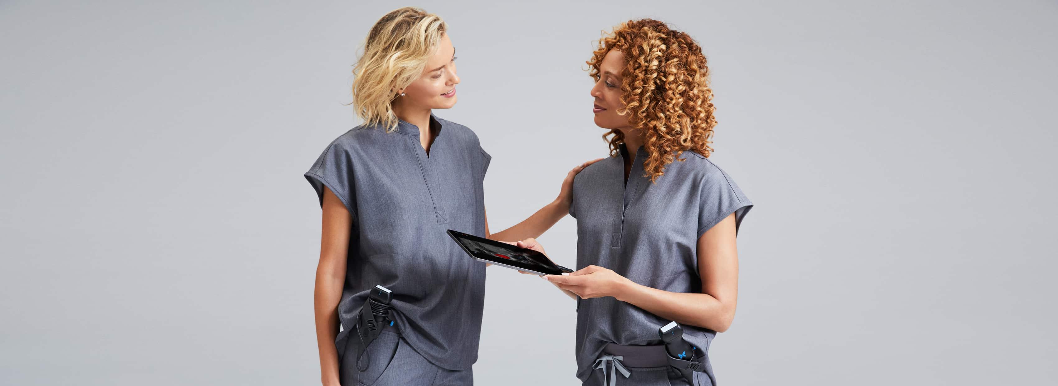 Deux femmes médecins qui discutent.